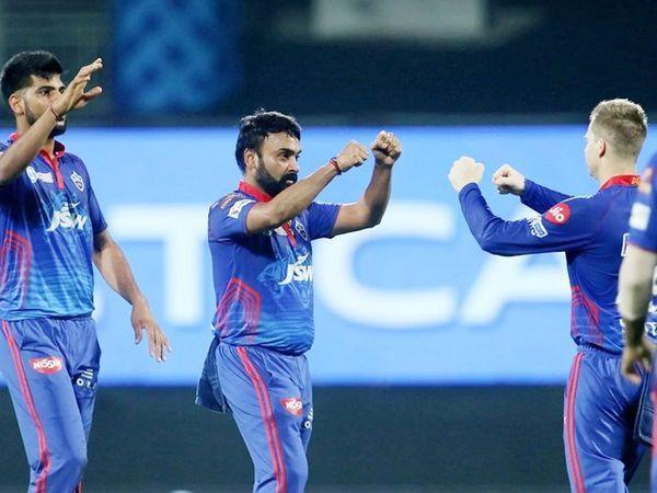 चेन्नईच्या टर्निंग ट्रॅकवर अमित मिश्राने 4 विकेट घेतल्या. त्याने कर्णधार रोहित शर्मा, हार्दिक पंड्या, पोलार्ड आणि ईशान किशनला बाद केले.