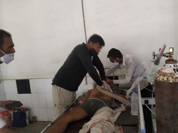 हे चित्र नाशिक येथील झाकीर हुसैन रुग्णालयातील आहे. ऑक्सिजन गळती झाली त्यावेळी आपल्या माणसाला वाचवण्यासाठी शेवटचा प्रयत्न करणारे नातेवाइक. - Divya Marathi
