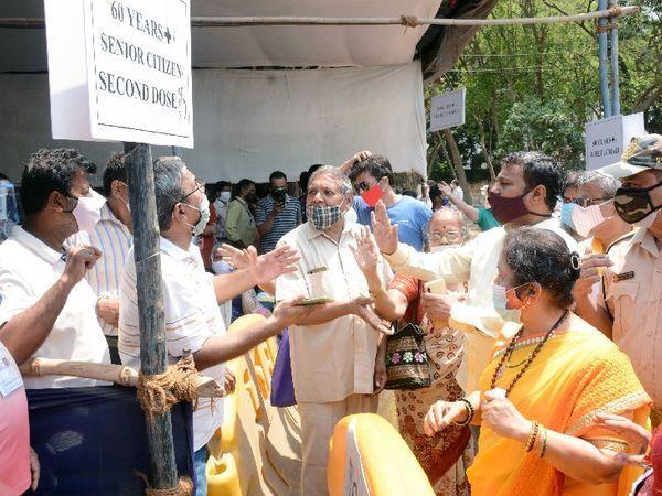 मुंबईच्या महापौर किशोरी पेडणेकर यांनी गोरगाव येथील नेस्को लसीकरण केंद्रावर अचानक भेट दिली. केंद्राबाहेर लोकांच्या लांबच लांब रांगा दिसल्या. - Divya Marathi