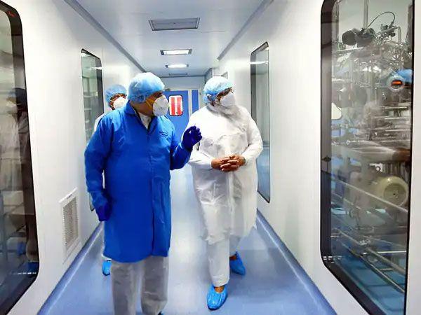 अहमदाबादमधील झायडस कॅडिलाची स्वदेशी लस फेज-3 चाचणीमध्ये आहे. जूनच्या पहिल्या आठवड्यात निकाल येऊ शकतात. लवकरच त्याचे उत्पादनही सुरू होईल. पंतप्रधान नरेंद्र मोदी यांनी अहमदाबादमधील कंपनीच्या फॅसिलिटीत व्हॅक्सिन डेव्हलपमेंटच्या प्रक्रियेची पाहणी केली. हे तेव्हाचे म्हणजे नोव्हेंबरचे छायाचित्र आहे.