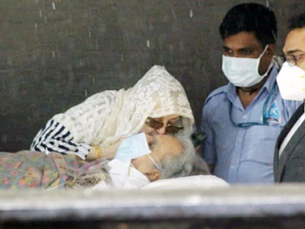 प्रकृती पूर्णपणे ठिक नसल्याने दिलीप साहेबांना  स्ट्रेचरवरुन हिंदुजा हॉस्पिटलबाहेर आणण्यात आले. - Divya Marathi