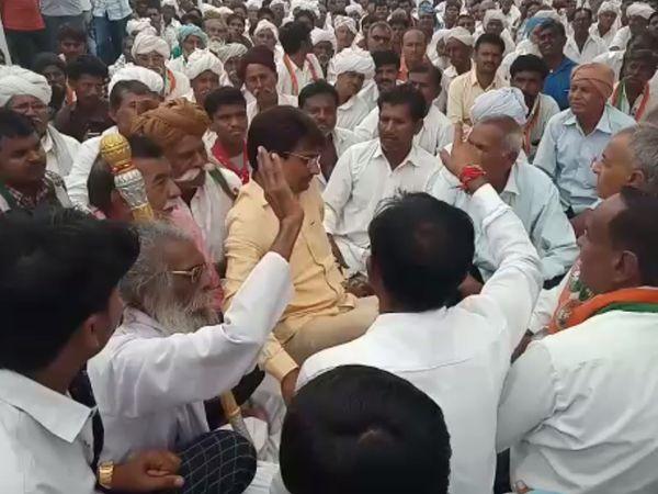અલ્પેશ ઠાકોર ખેડૂતો વચ્ચે બેસી ધરણાં કર્યા - Divya Bhaskar