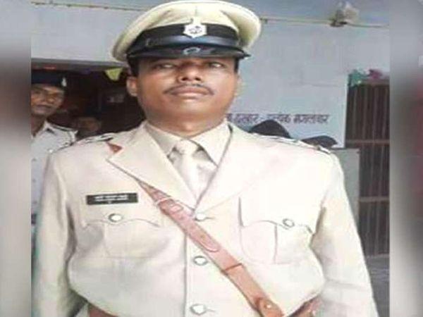 પોલીસ સ્ટેશન અધિકારી દારૂ વેચતો રંગેહાથે પકડાઈ ગયો. - Divya Bhaskar
