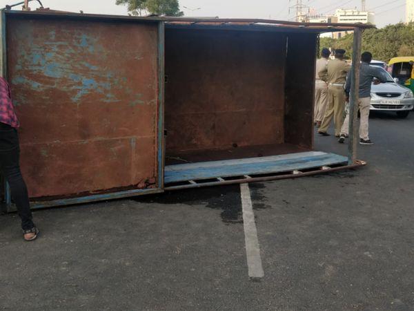 પકવાન ચાર રસ્તા પાસે એક  ટ્રક(Gj1v3394)પલટી ખાઈ જતા ટ્રકમાં સંતાડેલો દારૂ છતો થઈ ગયો - Divya Bhaskar