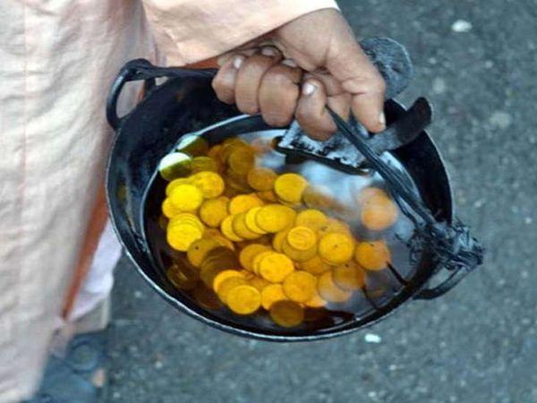 શનિદેવને તેલ અર્પિત કરવાની સાથે ઈચ્છા અનુસાર ધનનું દાન પણ કરવું જોઇએ - Divya Bhaskar