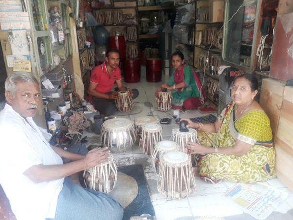 મહિલાઓ પણ પરિવારને મદદરૂપ થઇને કામગીરી કરી રહી છે - Divya Bhaskar