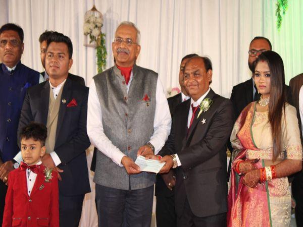 શહીદોના પરિવારને 5 લાખનો ચેક આપ્યો - Divya Bhaskar
