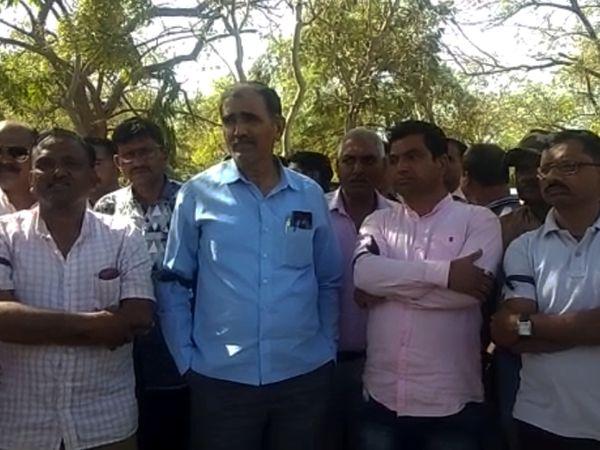 પરીક્ષાનો વિરોધ કરતા કર્મચારીઓ - Divya Bhaskar