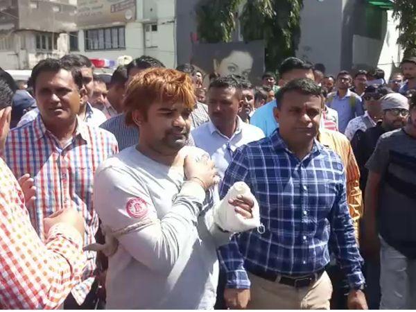 આરોપીએ જાહેરમાં માફી માંગી - Divya Bhaskar