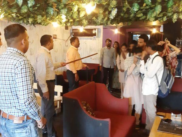 કાફે અને આઇસ્ક્રિમ પાર્લરમાં પોલીસે દરોડા પાડ્યા - Divya Bhaskar