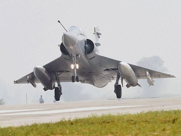47 ફૂટ લાંબું સિંગલ સીટર મિરાજ 2000 વિમાન પેલોડ (હથિયારો) સાથે 17 હજાર કિલોગ્રામનું વજન ઊંચકીને ઉડાન ભરી શકે છે - Divya Bhaskar
