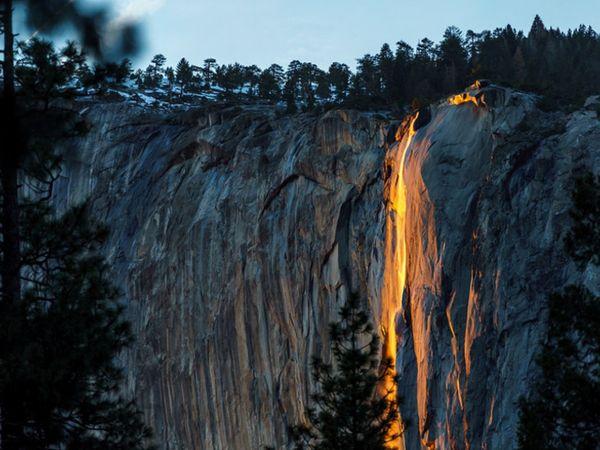 અમેરિકાના કેલિફોર્નિયા ખાતેના યોસેમાઇટ નેશનલ પાર્કના એક પર્વતથી 1500 ફૂટ ઊંચા ધોધની સાથે લાવા પડતો દેખાય છે. - Divya Bhaskar