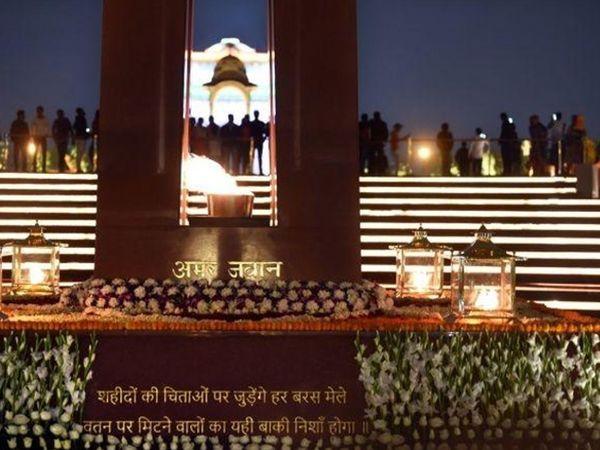 સોમવારે નવી દિલ્હીમાં બનેલું દેશનું પ્રથમ નેશનલ વોર મેમોરિયલ વડાપ્રધાન નરેન્દ્ર મોદીએ દેશને સમર્પિત કર્યું હતું. ઈન્ડિયા ગેટ પાસે 40 એકરમાં નેશનલ વોર મેમોરિયલ બનાવવામાં આવ્યું છે. - Divya Bhaskar