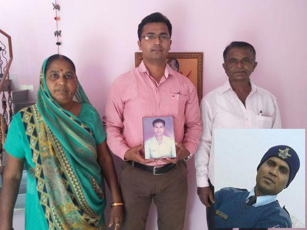 ઇનસાઇડમાં અનિલ અને તેના માતા-પિતા તથા ભાઇની તસવીર - Divya Bhaskar