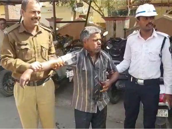 પોલીસે વૃદ્ધને ઝડપી લીધો - Divya Bhaskar