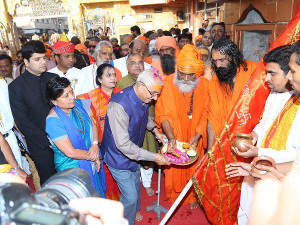 ઓ.પી. કોહલીએ ધ્વજાનું પૂજન કર્યું - Divya Bhaskar