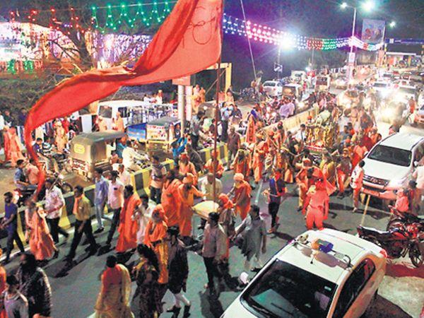 નગરપ્રવેશયાત્રામાં સંતોની સાથે લોકો પણ જોડાયા હતા. - Divya Bhaskar