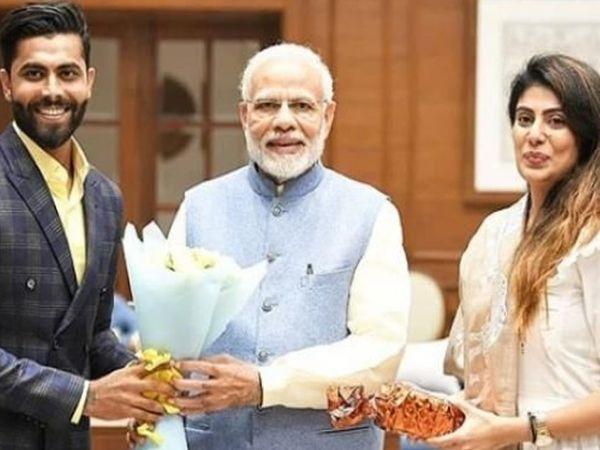 રવિન્દ્ર જાડેજા અને રિવાબા જાડેજા પીએમ મોદી સાથે (ફાઈલ) - Divya Bhaskar