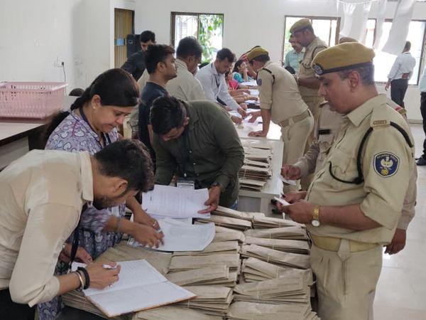 મતદાન દિવસે ફરજ બજાવતા પોલીસ જવાનોએ બેલેટ પેપરથી મતદાન કર્યું - Divya Bhaskar