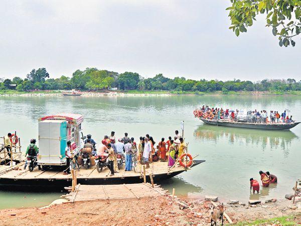 ભાગીરથીના કિનારે મુર્શિદાબાદનાં ગામોમાં પ્રવાસ નૌકાથી જ થાય છે - Divya Bhaskar