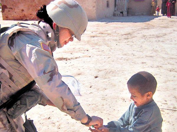વર્ષ 2005માં ઇરાકમાં ડ્યુટી દરમિયાન ટેમીના ખભા પર ગન રહેતી હતી. - Divya Bhaskar