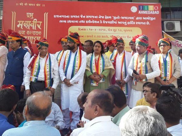 રથયાત્રાના પ્રસ્થાન દરમિયાન ઉપસ્થિત મહાનુભાવો - Divya Bhaskar