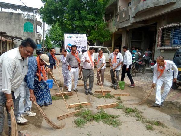 ભાજપના નેતાઓએ કચરો નાખીને તેને સાફ કરતા વિવાદ - Divya Bhaskar