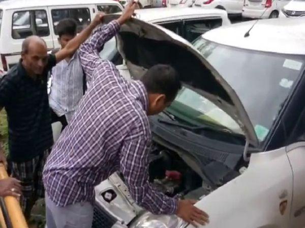 કારનું બોનેટ ખોલી તપાસ કરતા કાર કીના સેન્સરમાં કોઈ ખામી હોવાનું સામે આવ્યું - Divya Bhaskar