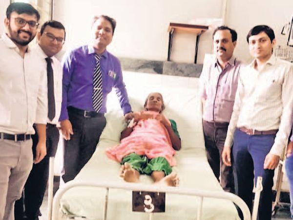 નવસારીની મહિલાના લીવરના ભાગમાંથી ગાંઠ કાઢી નવું જીવન આપ્યું હતું. - Divya Bhaskar