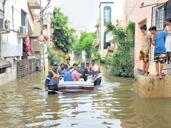 તસવીર હૈદરાબાદની છે. અહીં કોલોનીઓમાં પાણી ભરાયાં છે. - Divya Bhaskar