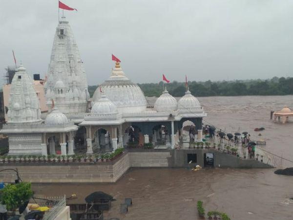 સીદસર ઉમિયા મંદિર પરિસર પાણીમાં ગરકાવ - Divya Bhaskar