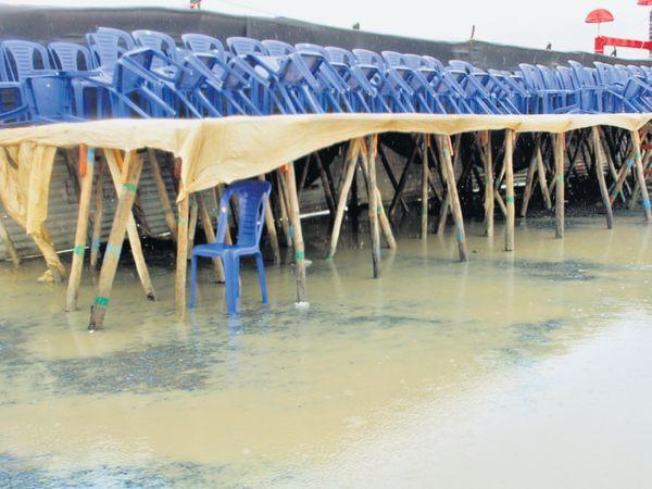રવિવારે પણ વરસાદ પડવાનું ચાલુ રહેતા અર્વાચીન રાસોત્સવના સ્થળે હજારો ખેલૈયા અને લોકોની ભીડને બદલે ખાલી ખુરશીઓ જોવા મળી હતી. મેદાનમાં પાણી ભરાઈ ગયા હતા. - Divya Bhaskar