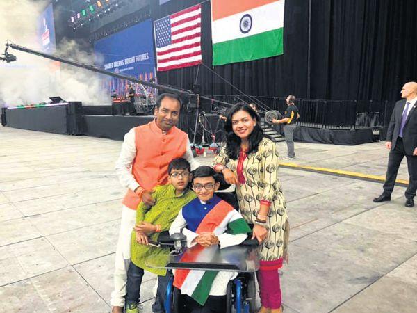 મા જિગિશા, પિતા હિરેન અને ભાઈ અનુજ સાથે સ્પર્શ - Divya Bhaskar