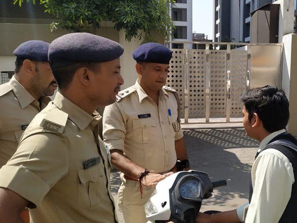 પોલીસે શાળાે આવાતાં વિદ્યાર્થીઓને કાયદાના ઉલ્લંઘન ન કરવા સૂચના આપી હતી. - Divya Bhaskar