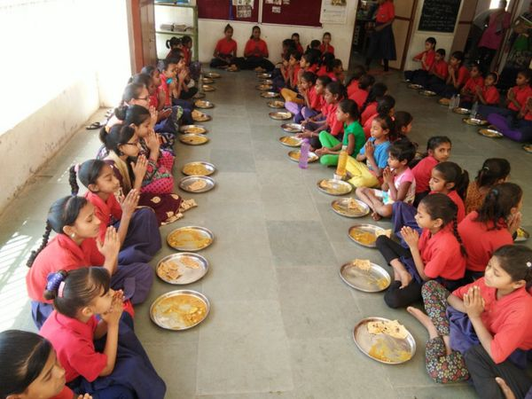 મધ્યાહન ભોજન જમતી બાળાઓ - ફાઇલ તસવીર - Divya Bhaskar