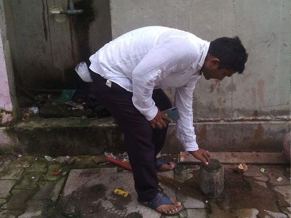 મચ્છરની તપાસ કરતા અધિકારી - ફાઇલ તસવીર - Divya Bhaskar