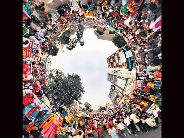 ભદ્રમાં ખરીદી માટે આવેલા લોકોનો 360 ડિગ્રી એન્ગલથી ફોટો - Divya Bhaskar