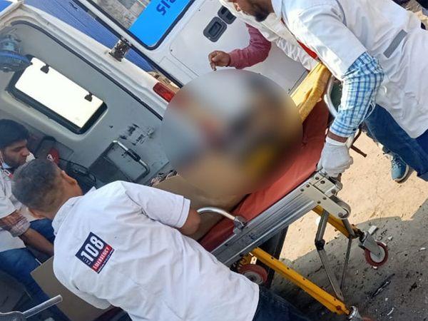 દાઝેલા કામદારોને હોસ્પિટલ લઇ જવાયા હતા - Divya Bhaskar