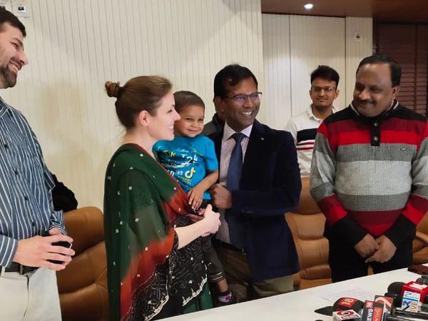દત્તક કેન્દ્રના બાળક કિશનને અમેરિકન દંપતીને દત્તક આપવામાં આવ્યો - Divya Bhaskar