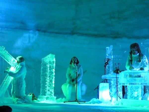 ઈટલીમાં ઇગ્લૂમાં મ્યુઝિક આર્ટિસ્ટ માઈનસ 14 ડિગ્રીમાં બરફના ઈન્સ્ટ્રુમેન્ટ વગાડે છે - Divya Bhaskar