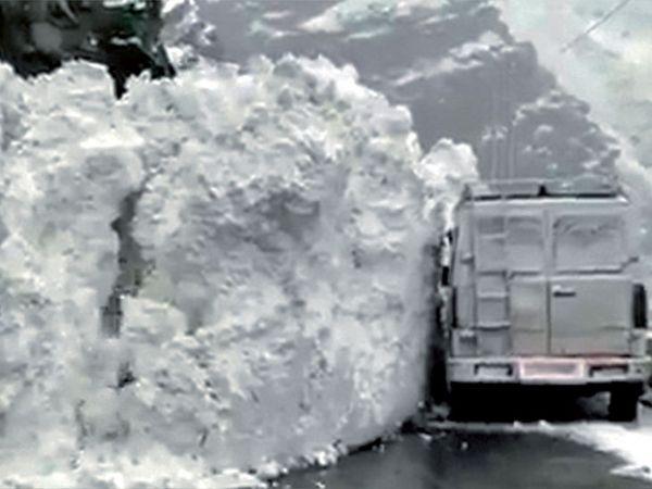 10 ફૂટ ઊંચું ગ્લેશિયર સરકીને રસ્તા પર આવી ગયું હતું - Divya Bhaskar