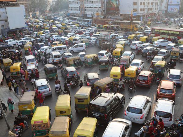 શનિવારે 60 હજારથી વધુ લોકો ઊમટતાં વાહનો માટે રિવરફ્રન્ટ રોડ પર ટ્રાફિક જામ સર્જાયો - Divya Bhaskar