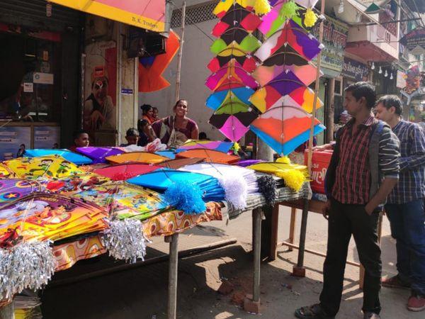 પતંગરસિયાઓ પતંગ દોરા સહિતની એસેસરિઝની ખરીદી કરવા નીકળ્યાં હતાં. - Divya Bhaskar