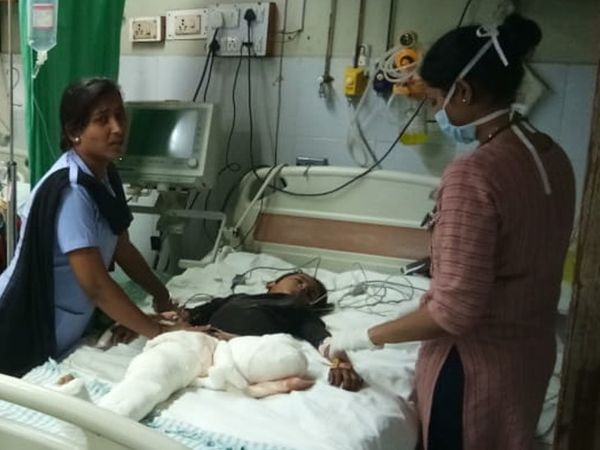બાળકના કપાયેલા પગની સિવિલમાં સારવાર ચાલી રહી છે. - Divya Bhaskar