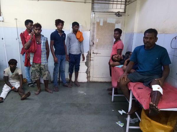 શ્રમિકોને નાની મોટી ઈજાઓ પહોંચતા સિવિલ હોસ્પિટલમાં સારવાર અપાઈ હતી. - Divya Bhaskar
