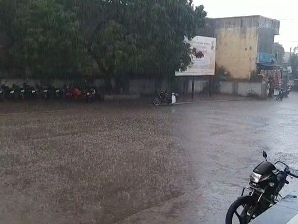 માંગરોળમાં રસ્તાઓ પર પાણી વહ્યા - Divya Bhaskar