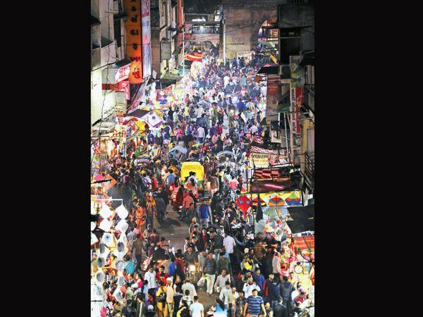 પતંગ-દોરીના વેપારીઓના જણાવ્યા અનુસાર જાન્યુઆરીની શરૂઆતથી પતંગ-દોરીની ઘરાકી નીકળતી હોય છે પણ આ વખતે છેલ્લા દિવસોમાં જ ખરીદનારા દેખાયા છે. - Divya Bhaskar