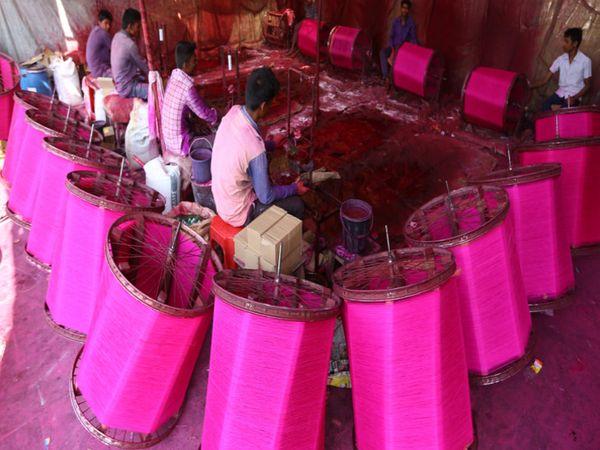 ડબગરવાડમાં સુરતી માંજો બનાવવામાં આવે છે - Divya Bhaskar