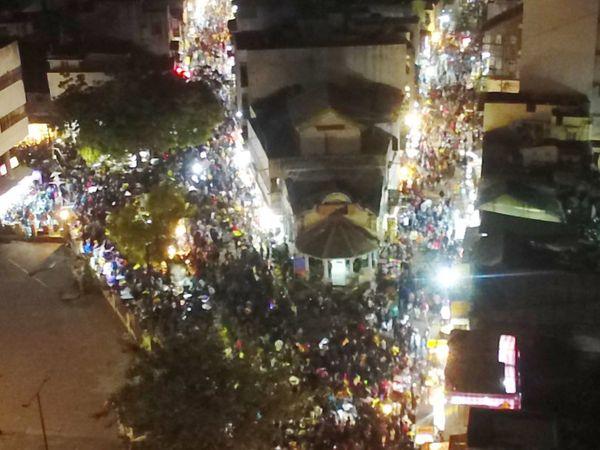 શહેરીજનોએ આ બધી તમામ સમસ્યાઓ કોરાણે મૂકી પતંગ-દોરાની ધૂમ ખરીદી કરી - Divya Bhaskar