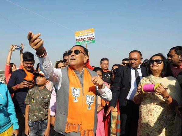 કાર્યકરો સાથે પતંગ ચગાવી રહેલા મુખ્યમંત્રી રૂપાણી - Divya Bhaskar
